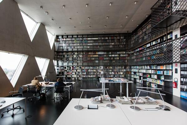 20190813provinciehuisbibliotheekmettrap2.jpg