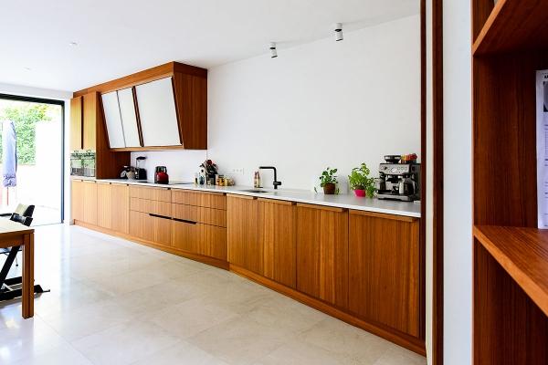 Nieuwe achterbouw voor art deco woning biedt verlichting
